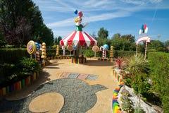 Glädjen av cirkusen som firas i trädgården Arkivbilder