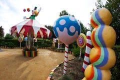Glädjen av cirkusen som firas i trädgården Arkivbild