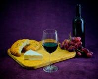 Glädjen av vin, bröd och ost Royaltyfri Foto