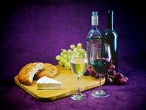 Glädjen av vin, bröd och ost Arkivfoton