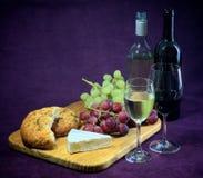 Glädjen av vin, bröd och ost Royaltyfria Bilder