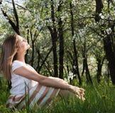 Glädjevårsol Attraktivt sammanträde för ung kvinna med stängda ögon Arkivfoto