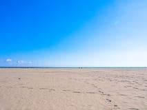 Glänsande blå himmel, havet och sand sätter på land Arkivfoton