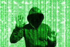 Glänsande grön en hacker bak matris för datorkod Royaltyfri Bild