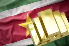 Glänsande guld- guldtackor på den Surinam flaggan Royaltyfria Foton