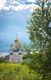 Glänsande guld- kupoler av en rysk ortodox kyrka i Barnaul Arkivbilder