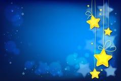 Glänsande magiska stjärnor på mörker - blå bakgrund Arkivbild