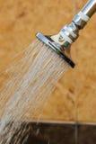 Glänsande rostfri head dusch medan rinnande vatten Arkivfoton