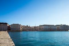Glänsande sol på havet framme av piazza Unità, Trieste Arkivbilder