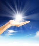 Glänsande sol på klar blå himmel med kopieringsutrymme Royaltyfria Foton