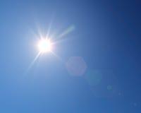 Glänsande sol på klar blå himmel med kopieringsutrymme Arkivfoto