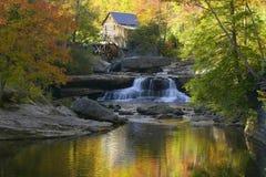 Gläntaliten vikmäld Mil och höstreflexioner och vatten faller i den Babcock delstatsparken, WV arkivfoton
