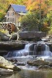 Gläntaliten vikmäld Mil och höstreflexioner och vatten faller i den Babcock delstatsparken, WV royaltyfri bild