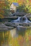 Gläntaliten vikmäld Mil och höstreflexioner och vatten faller i den Babcock delstatsparken, WV royaltyfria bilder