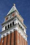 Glänzen Sie in einer Pfütze des Glockenturms von Venedig Stockfoto