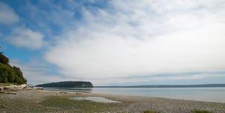 Glänzen Sie Tidelands-Nationalparkküstenlinie von Bywater-Bucht nahe Hafen Ludlow in Puget Sound in Washington State Stockfoto