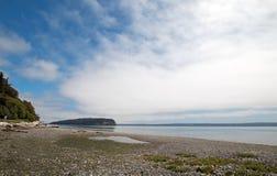 Glänzen Sie Tidelands-Nationalparkküstenlinie von Bywater-Bucht nahe Hafen Ludlow in Puget Sound in Washington State Stockbild
