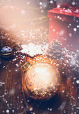 Glänzen Sie Weihnachtskarte mit Glaskugel, Sternen und Schnee Stockbilder