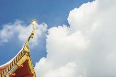Glänzend auf den Dachspitzen des Tempels in Thailand Lizenzfreies Stockbild