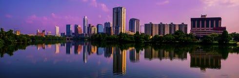 Glänzend einmal in einem Lebenszeit Austin Skyline Cityscape Reflections Sunrise-Rosa bewölkt sich Stockfoto