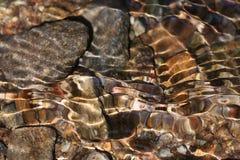 Glänzende abstrakte Steinbildungen in einem Gebirgsbach Lizenzfreies Stockbild
