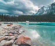 Glänzende alpine Farben über dem Bootshaus an einem bewölkten Tag lizenzfreie stockbilder
