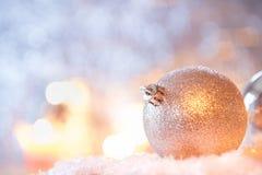 Glänzende Ball Weihnachtsdekoration vor blauem Hintergrund lizenzfreies stockfoto