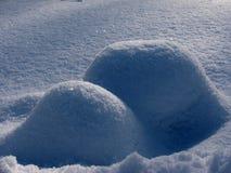 Glänzende Berge des Schnees Stockbilder