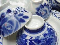 Glänzende blaue und weiße feine China-Schüssel und Plattengeschirr Lizenzfreies Stockfoto
