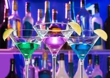 Glänzende Cocktailgläser in der Bar mit Kalken stockbild