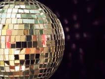 Glänzende Discokugel, einzeln aufgeführt Stockfoto