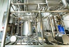 Glänzende Edelstahlrohre, Behälter für die Lebensmittelindustrie stockfotos