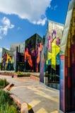 Glänzende Farben der abstrakter Kunst in den Glasfenstern an der Graslandtanne stockfotos