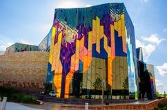 Glänzende Farben der abstrakter Kunst in den Glasfenstern an der Graslandtanne lizenzfreie stockbilder