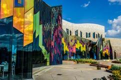 Glänzende Farben der abstrakter Kunst in den Glasfenstern an der Graslandtanne stockbild