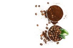 Glänzende frische Röstkaffeebohnen mit den Blättern lokalisiert auf weißem b Lizenzfreie Stockfotos