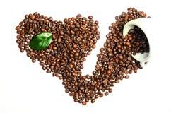 Glänzende frische Röstkaffeebohnen mit der Schale und Blatt lokalisiert auf w Lizenzfreies Stockbild