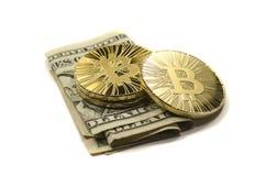 Glänzende Gold-Bitcoin-Münzen und US-Dollars auf weißem Hintergrund stockfotos