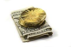 Glänzende Gold-Bitcoin-Münzen und US-Dollars auf weißem Hintergrund lizenzfreies stockbild