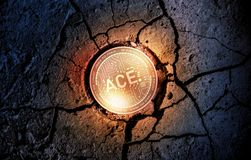 Glänzende goldene ACE-cryptocurrency Münze auf trockenem Erdnachtisch-Hintergrundbergbau Stockfotografie