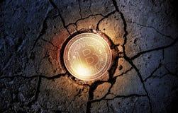 Glänzende goldene BITCOIN-cryptocurrency Münze auf trockenem Erdnachtisch-Hintergrundbergbau stockfotografie