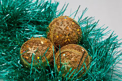 Glänzende Goldweihnachtskugeln Stockfoto