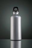 Glänzende graue Thermosflasche auf einem dunklen Hintergrund Lizenzfreie Stockfotos