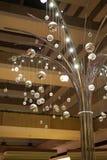 Glänzende helle Kugeln und hoher Baum - Vertikale Stockfoto