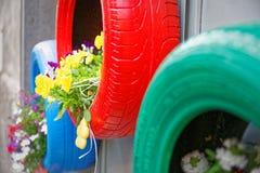 Glänzende Idee für die Reifen umweltsmäßig benutzt als Pflanzer Stockfoto