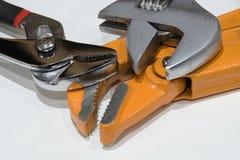Glänzende justierbare Schlüssel und Rohrschlüssel auf einem weißen Hintergrund stockfotos