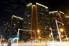 Glänzende Kreuzungen und Wohngebäude nachts, Wuhan-Stadt, Hubei-Provinz, China stockbild