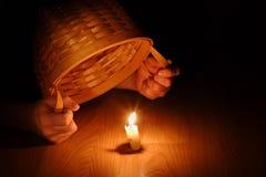 Glänzende Leuchte (biblisch, Ihre Leuchte unter einem Scheffel Konzept-Versteckend Stockbild
