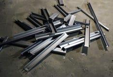 Glänzende Metallprofile für zusammenbauendes Skelett der Isolierung liegt im Stapel auf Beton stockbilder