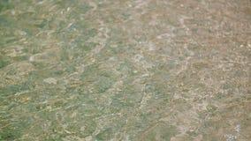 Glänzende Oberfläche des blauen Wassers stock video footage